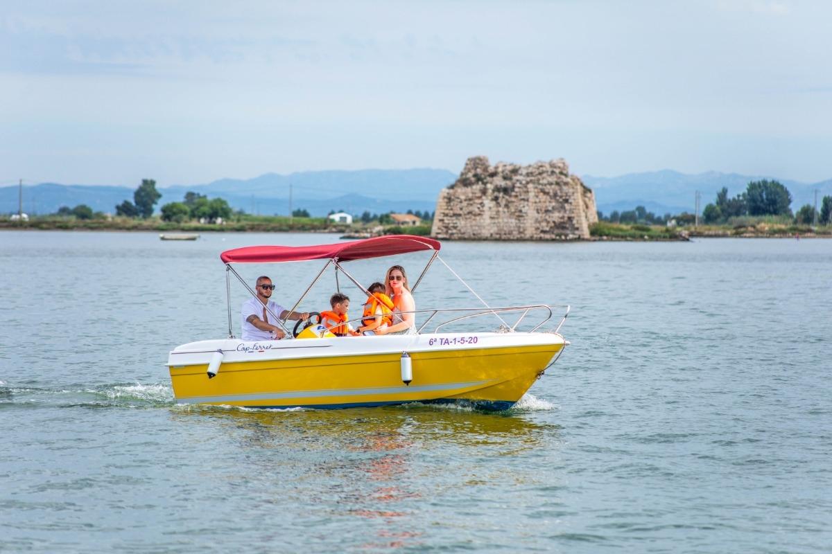 Naviguez à votre rythme sans permis avec nos bateaux