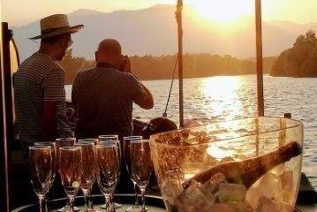 Música tradicional en puesta de sol a bordo del laúd por el Ebro